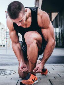 ورزشکاری حرفه ای با اندام مناسب در حال ورزش